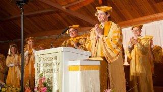 Jim Carrey durante il discorso di ringraziamento per la laurea honoris causa nel 2014