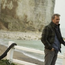 3 Days to Kill: Kevin Costner in una scena nei panni dell'agente segreto Ethan Renner