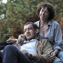 Valérie Bonneton insieme a Dany Boon in una scena di Tutta colpa del vulcano