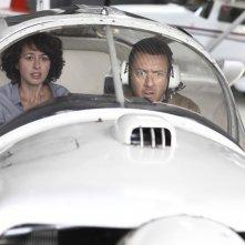 Tutta colpa del vulcano: Valérie Bonneton e Dany Boon si preparano al decollo in una scena del film