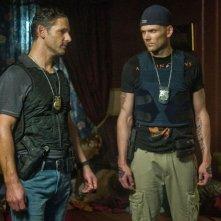 Liberaci dal male: Eric Bana con Joel McHale in una scena del thriller demoniaco
