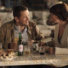 Tutta colpa del vulcano: Valérie Bonneton e Dany Boon sorridenti in una scena del film