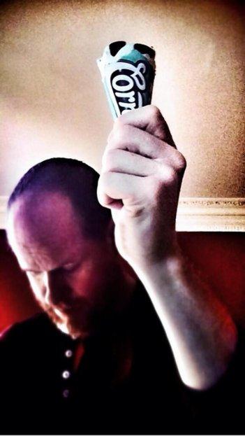 Joss Whedon alza un Cornetto a sostegno del collega Edgar Wright (2014)