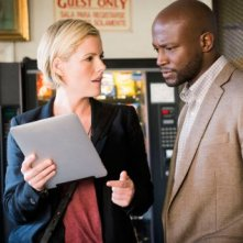 Murder in the First :Kathleen Robertson e Taye Diggs in una scena