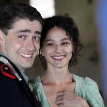 A testa alta: Giovanni Scifoni e Nicole Grimaudo in una scena