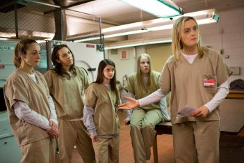 Orange Is the New Black: Taylor Schilling in una scena di gruppo nell'episodio Fool Me Once