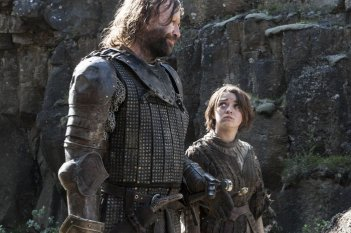 Il trono di spade: una scena di The Mountain and the Viper con Maisie Williams e Rory McCann