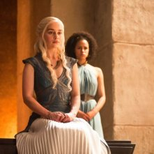Il trono di spade: Nathalie Emmanuel ed Emilia Clarke in una scena di The Mountain and the Viper