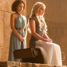 Il trono di spade: Emilia Clarke e Nathalie Emmanuel in una scena di The Mountain And the Viper