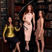 Suits: Sarah Rafferty, Gina Torres e Meghan Markle in un'immagine promozionale della quarta stagione