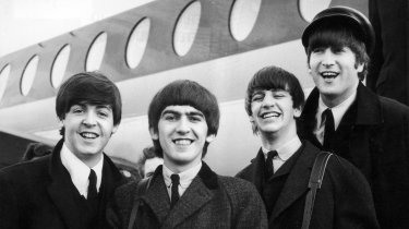 A Hard Day's Night - Tutti contro uno: una scena del film musicale sul 'fenomeno' dei mitici Beatles