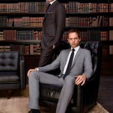 Suits: Gabriel Macth e Patrick J. Adams in un'immagine promozionale della quarta stagione