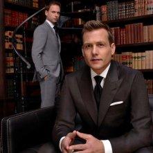 Suits: Gabriel Macht insieme a Patrick J. Adams in un'immagine promozionale della quarta stagione