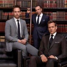 Suits: Patrick J. Adams, Gabriel Macht e Rick Hoffman in un'immagine promozionale della quarta stagione