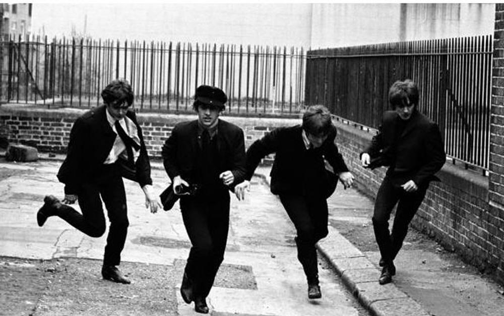 A Hard Day's Night - Tutti contro uno: un'immagine in b/n tratta dall'indimenticabile documentario dedicato ai Beatles