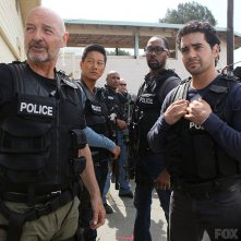 Gang Related: Terry O'Quinn, Ramon Rodriguez in una scena del primo episodio della serie