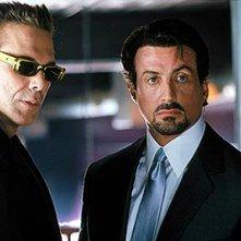 Mickey Rourke e Sylvester Stallone in una scena de La vendetta di Carter