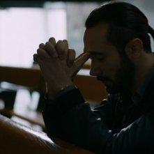 Gomorra - la serie, stagione 1 - il boss Conte (Marco Palvetti) raccolto in preghiera
