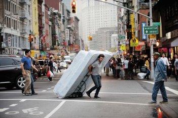 Rompicapo a New York: Romain Duris in una divertente scena del film