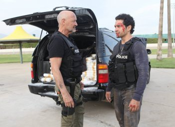 Gang Related: una scena del pilot con Terry O'Quinn e Ramon Rodriguez
