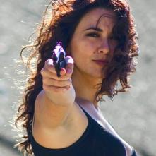 Ragazze a mano armata: Karin Proia punta la sua pistola in una scena del film