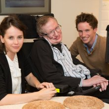 Eddie Redmayne e Felicity Jones in compagnia di Stephen Hawking durante le riprese di Theory of Everything
