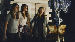 Pretty Little Liars: Troian Bellisario, Sasha Pieterse, Shay Mitchell nell'episodio EscApe from New York
