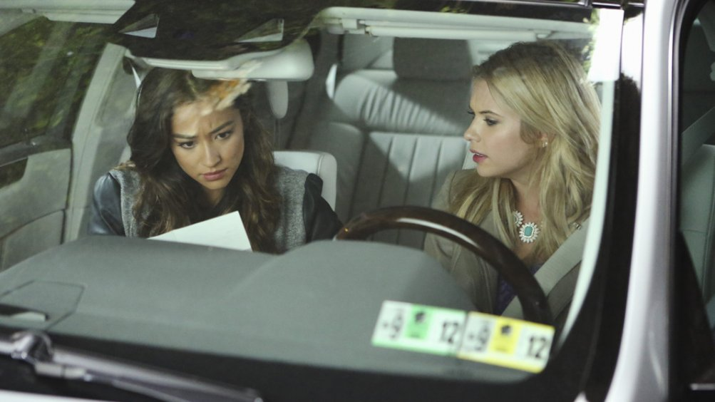 Pretty Little Liars: Ashley Benson insieme a Shay Mitchell nell'episodio Whirly Girl