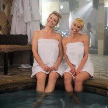 Jennifer Falls: Jaime Pressly insieme a Missi Pyle in una scena della prima stagione