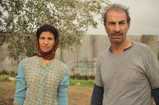 Un insolito naufrago nell'inquieto mare d'Oriente: Baya Belal e Sasson Gabai in una scena