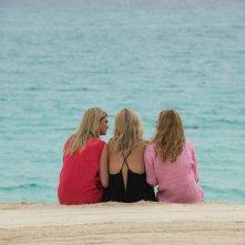 Tutte contro lui: le tre protagoniste del film guardano il mare in una scena