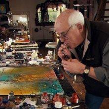 Per nessuna buona ragione: il protagonista del documentario Ralph Steadman in azione in una scena