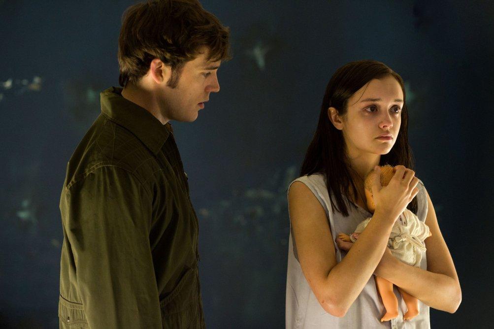 Sam Claflin in una scena del film Le origini del male con Olivia Cooke