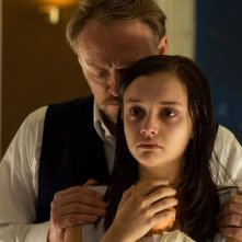 Le origini del male:  Jared Harris con Olivia Cooke in una scena del film horror
