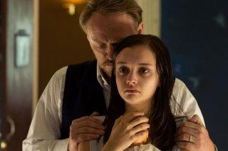 Le origini del male:  Jared Harris con Olivia Cooke in una scena del film horror