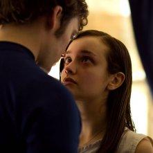 Le origini del male: Sam Claflin e Olivia Cooke in una scena del film horror