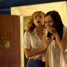 Le origini del male: Erin Richards con Olivia Cooke in una inquietante scena dell'horror