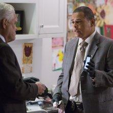 Major Crimes: G.W. Bailey e Raymond Cruz in una scena di Flight Risk