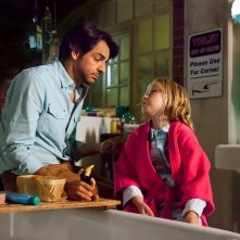 Instructions Not Included: il regista e protagonista Eugenio Derbez con Loreto Peralta in una scena