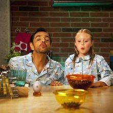 Instructions Not Included: padre e figlia fanno il tiro a segno con i noccioli di ciliegia in una scena del film