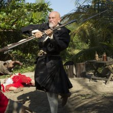 Crossbones: John Malkovich in una scena d'azione in The Man Who Killed Blackbeard