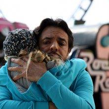 Eugenio Derbez e Loreto Peralta in una tenera scena di Instructions Not Included