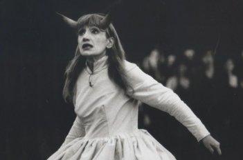 Tutte le storie di Piera: Piera Degli Esposti in un'immagine del documentario mentre recita Prometeo a teatro