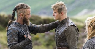 Vikings: Travis Fimmel e Alexander Ludwig nell'episodio Eye for An Eye