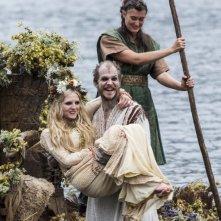 Vikings: Gustaf Skarsgård e Maude Hirst nell'episodio Blood Eagle