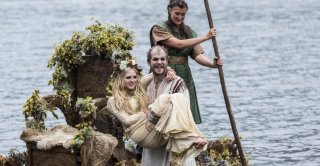 Vikings: Gustaf Skarsgård e Maude Hirst nell'episodio Blood Eagle