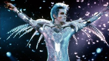 Velvet Goldmine: Jonathan Rhys Meyers in una scena