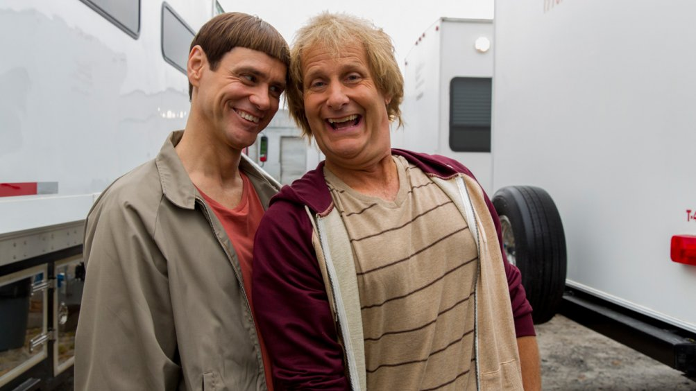 Jim Carrey con Jeff Daniels in una foto dal set di Scemo & + scemo 2