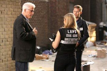 CSI: Ted Danson e Matthew Davis in una scena di Past Pawns