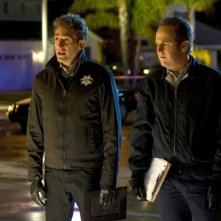 CSI: David Berman ed Eric Szmanda in una scena dell'episodio De Los Muertos